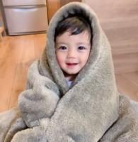 毛布にくるまるのが大好きだというしゅうとくん