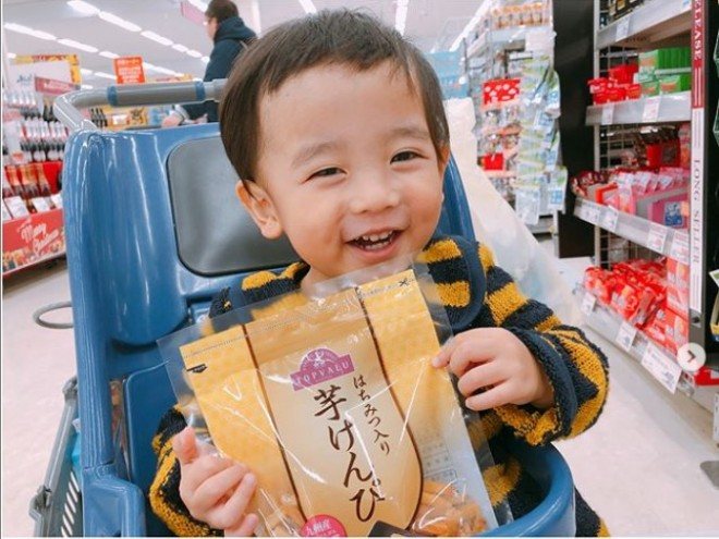スーパーでは自ら芋けんぴを見つけて手にするというあいとくん