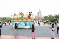 【エンターテイメント】キャラクターによるご挨拶(パレードルート)(C)Disney