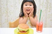 家族を笑わせるのがだいすきで、いつもふざけているという3才の娘さん