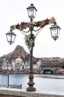 クリスマスらしいリースの装飾やイルミネーションなどを展開