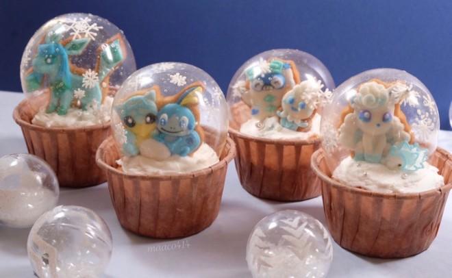 雪遊びをするポケモンたちのスノードームカップケーキ(画像提供:まんなたぬきさん)