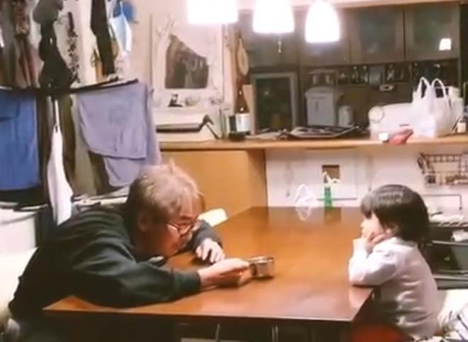 じいちゃんと孫の 「音を立てずに鍋をそっと置くゲーム」
