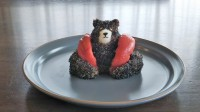 「ジェットコースターに乗る熊さん」をイメージ(画像提供:おにぎり劇場)