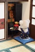 お仏壇に手を合わせるコアラ(画像提供:KanaFettさん)