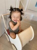 ノリノリで踊る姿に「反則級の可愛さ」と反響が寄せられた1歳の女の子