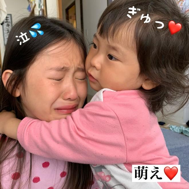 姉を抱きしめる妹さん