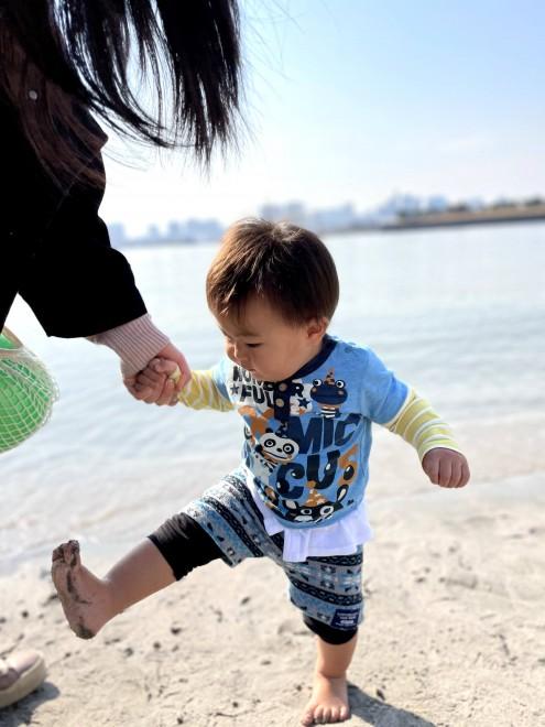 初めてのビーチを楽しむ息子さん