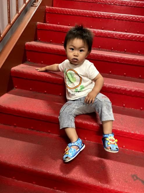 600段の東京タワーの階段の途中で一休みする息子さん