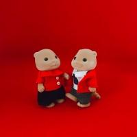 赤でリンクコーデをするカワウソ夫婦