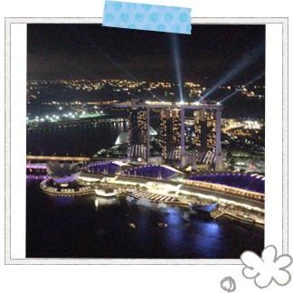 シンガポールで一番高い超高層ビル「One Raffels Place」の屋上にあるルーフトップバーの「ワン・アルティテュード」。360度絶景に囲まれていて、雰囲気といい景色といいすべてが別世界にいるような気分に♪ 至福の時間を過ごしてみては。