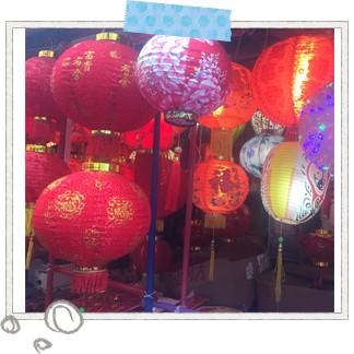 旧正月を控えたシンガポールのチャイナタウンは、いつもより華やかな装いに。提灯が吊るされ、お正月商品が並ぶ屋台の周りにはたくさんの人が群がっていました。