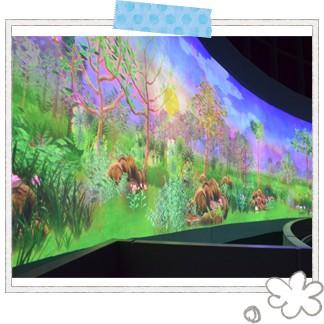 シンガポール国立博物館では、2016年12月より日本のチームラボが制作した「Story of the Forest」を展示中。高さ約15mのドームとその空中にかかる橋と回廊で構成されていて、とても大きな円筒形の展示空間☆ スマホと連動して現れる動物をコレクションして楽しめたり、何より鮮やかでキレイな空間にうっとりしてしまいますよ♪