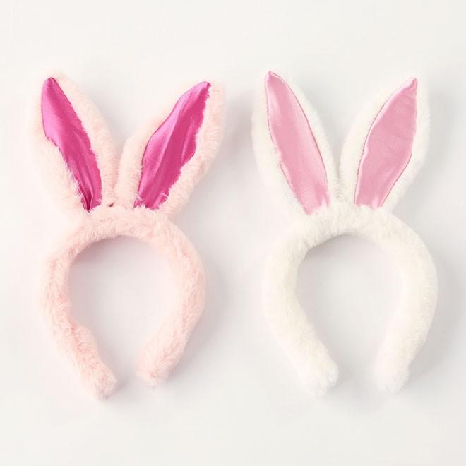 仮装で人気のハロウィンのように、イースターはうさ耳を付けて盛り上がってみては。パーティーだけでなく、イースターイベントなどでも活躍してくれそうです。 うさ耳カチューシャ(各300円)/3COINS