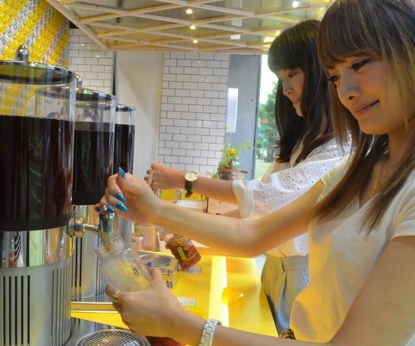 紅茶のおかわりは自由! 種類も「イエローラベル」、「水出しアールグレイ」「サマーブレンド」から選べます。