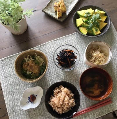 香草サラダには甘酒とバルサミコと健康オイルと塩胡椒を入れたドレッシングをかけて