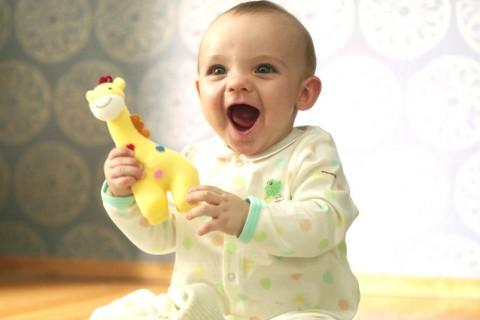 サムネイル 赤ちゃんの無垢な姿と両親の愛を収めた47の動画