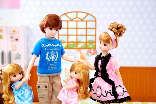写真左から2番目がリカちゃんの6代目ボーイフレンドの「はるとくん」(C) TOMY