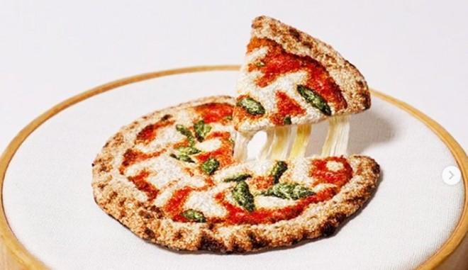 """サムネイル """"とろ〜りチーズ""""まで再現したピザも…超絶「3D刺繍」に海外も反応、根底に刺繍愛"""