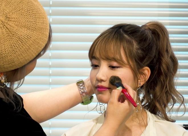 """サムネイル 「髪型だけは崩さない」アイドルの""""かわいい""""作る、AKB48メイクアップアーティストの信条"""