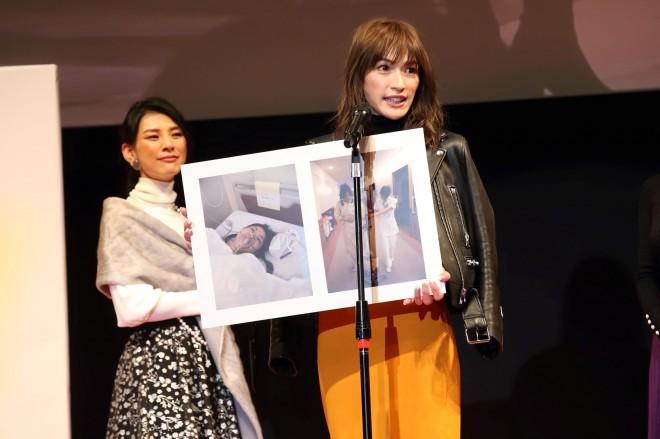 『第10回 国民的美魔女コンテスト』のステージに立つ浜木さん
