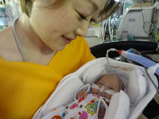 サムネイル 芸人が笑いなしで挑んだ1年半 、325gの赤ちゃんが教えてくれたこと