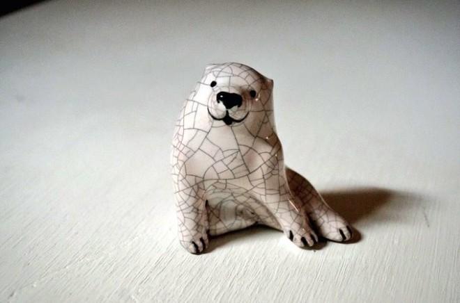 """工房でつくられている作品。""""真空土練鬼""""という名前で、長沢芦雪など日本画の動物をモチーフに陶器の置物を製作、販売している"""