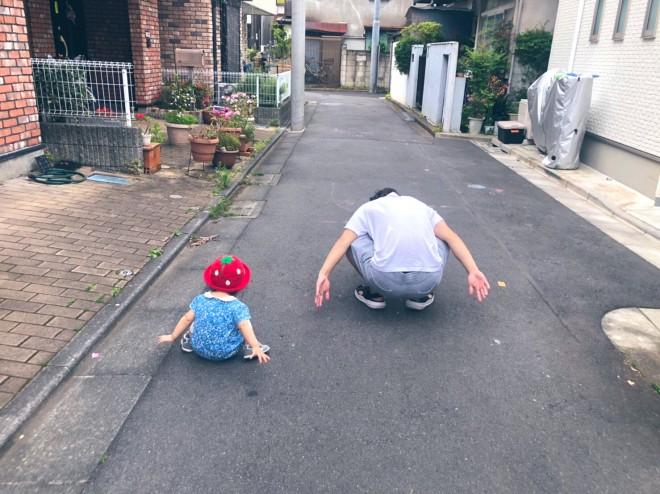 サムネイル 『おんぶしようとしたら隣きて同じポーズしてくる』1才の娘に父驚愕「子は親の背を見て育つ」