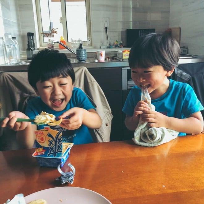 """サムネイル 【天使キッズ】『愛のようなものを写真に収めてしまった…』""""大好物""""に歓喜する兄弟に反響「こっちまで笑顔になる」"""