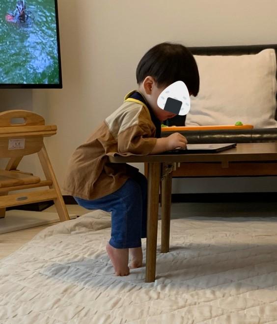 サムネイル 【育児衝撃画像】『修行でもしてるの?』つま先立ちで空気椅子する1才に反響「マイケルの転生」「絶対大物なる」