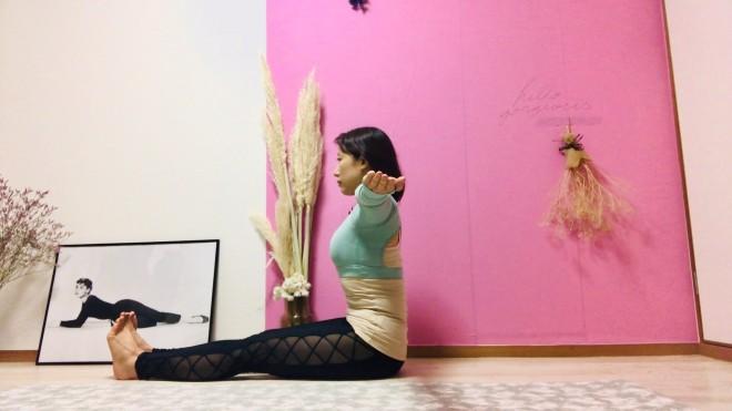 [1]脚を揃えて座り、腕を肩の高さでT字に伸ばす。手のひらを上に向ける。物や人に当たる場合は、肘を直角に曲げて指先を上に向ける。