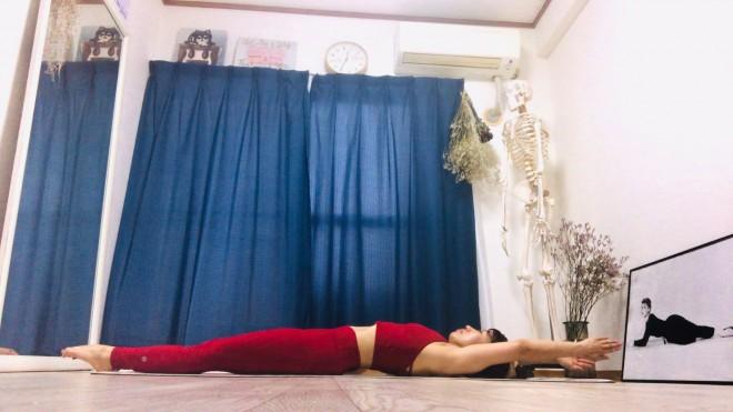 [1]マットに仰向けになり、脚を揃えてつま先までピンと伸ばす。手のひらを向かい合わせにして、両腕は耳横を通って真っ直ぐ伸ばす。