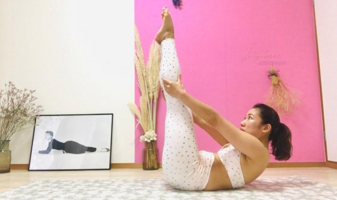 [1]マットに仰向けになり、脚を揃えて伸ばす