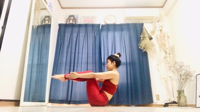 [1]脚を上げ、尾骨と鎖骨の3点でバランスをとって座る。膝を90°に曲げ、つま先を前方に伸ばす。指先を脛に沿って真っ直ぐ伸ばし「前ならえ」の状態をつくる。
