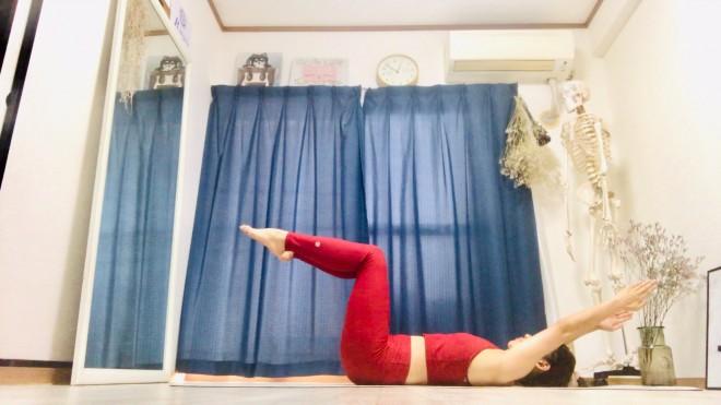 [2]背中を丸めながら、背骨1骨1骨をゆっくりと床におろしていく。背中が完全に床についたら腕を後ろに振り下ろし、腕を戻す力を使って起き上がり、[1]のポジションに戻る。[1]〜[2]を6〜8セット行う。