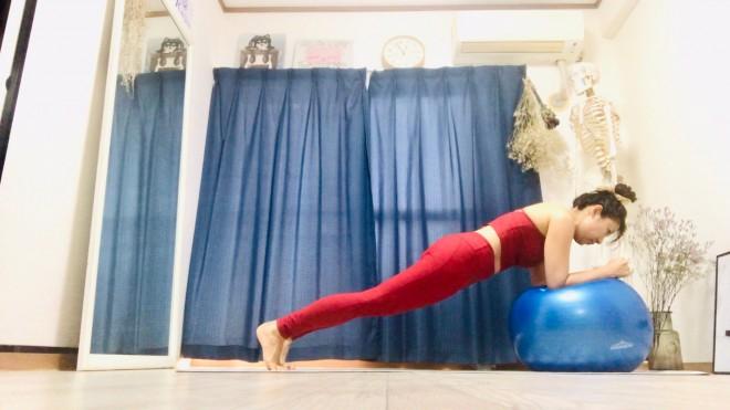 (例)バランスボールに腕を真っ直ぐ伸ばして手をつく。背中から脚までを一直線に伸ばして腕立て伏せのような状態をつくる。不安定な状態で姿勢を維持することで腹筋が刺激される。