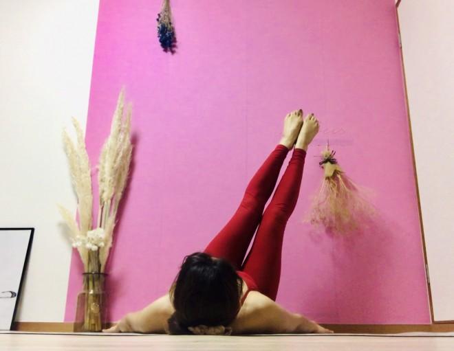 [2]息を吸って脚を軽く横に倒す。息を吐きながらぐるりと半円を描き(つま先で空気をすくうイメージ)、ゆっくりと[1]のポジションに戻る。[1]〜[2]を左右交互に6〜8セット行う。