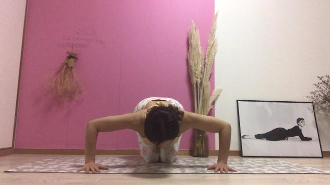 [2]膝をつき、手のひらを肩幅より広く、肘を横に開いて行う。15回を3セット行う。