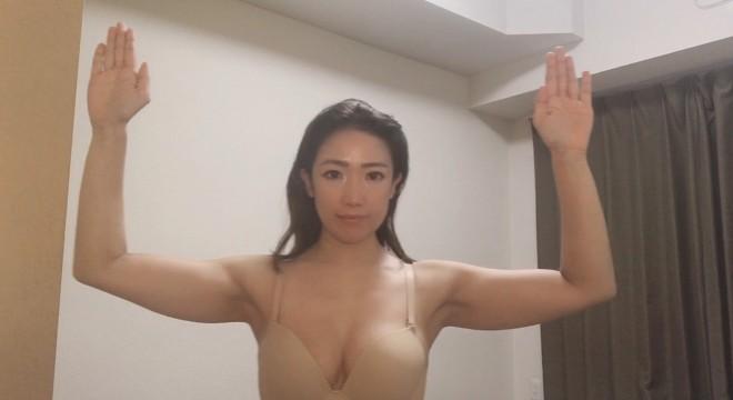 [1]手のひらを前に向けてバンザイし、肘を真っ直ぐ下ろして肩の高さで90°曲げる。