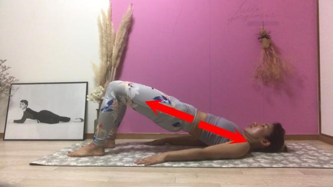[2]息を吐きながら尾骨から骨盤をゆっくりと浮かせていき、胸から膝までをまっすぐに保つ。再び息を吸い、吐きながらゆっくりと床に戻し[1]のポジションに戻る。[1]〜[2]を6〜8回繰り返す。