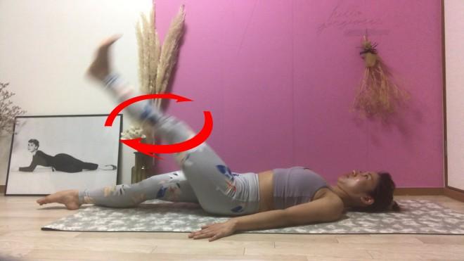 [2]呼吸をしながら上げた脚を付け根から縦に「0」を描くように内回りに8周、さらに外回りに8周まわす。反対の脚も同様に行う。