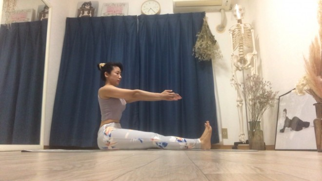 [1]脚を肩幅に開いて座り、手を前方に伸ばして「前ならえ」の状態を作る。