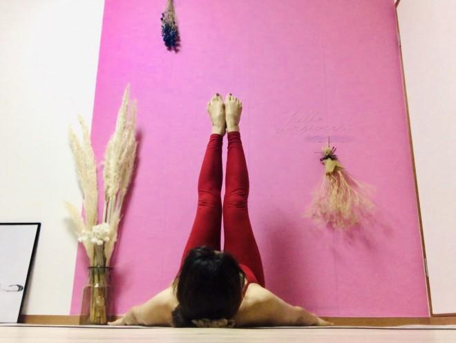 [1]仰向けになり、脚は付け根からつま先まで床に対して90°に真っ直ぐ伸ばす。腕は「ハ」の字になるように広げ、手のひらは床にベッタリとつける。