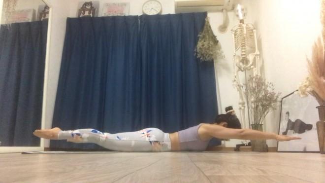 [1]指先からつま先までピンと伸ばしてうつ伏せになり、顔、腕、脚を床から浮かせる。腕は肩幅に脚は腰幅に開く。