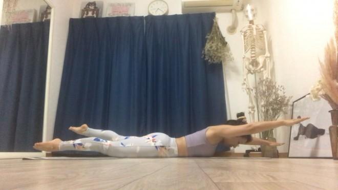 [2]4拍ずつ息を吸いながら、腕と脚が対角線上になるように左右交互にバタバタさせる。さらに4拍ずつ息を吐きながら同様に腕と脚をバタバタさせる。