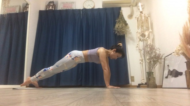 [1] 腕を立てて股関節幅に開き、脚を真っ直ぐ伸ばしてつま先立ちする。手首は肩の真下におき、手首に体重をかけないように気をつける(フロントサポートのポジション)。
