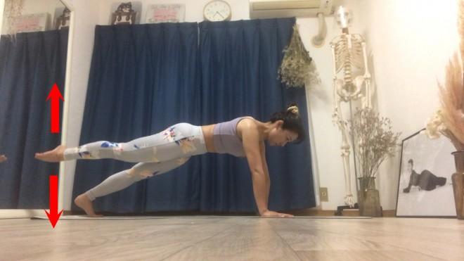 [2]片脚のつま先をピンと伸ばして息を吸い準備。吐きながらテンポ良く上下に5回動かす。もう一方の脚も同様に行う。