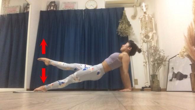 [2]吸いながら体を安定させたら、テンポ良く吐きながら5回脚を持ちあげる。もう一方の脚も同様に行う。