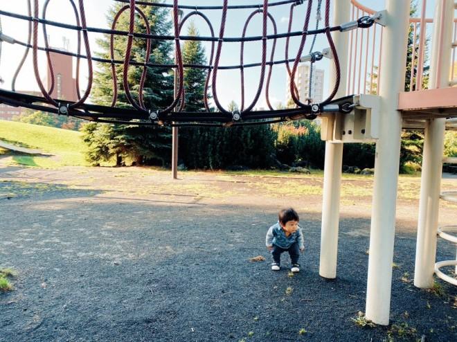 """サムネイル 【育児衝撃画像】1歳にして学習能力高すぎ? どう見てもぶつからない遊具をかがんで避ける""""リスク管理ボーイ""""に「可愛すぎてむり」"""