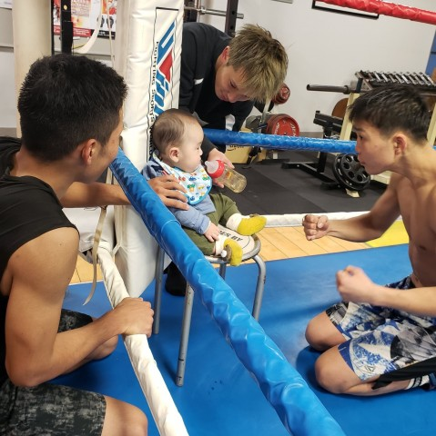 """気分は""""ベビー級""""ボクサー?  若き選手たちが思わずセコンドに回る、赤ちゃんのにじみ出る""""大物感"""""""